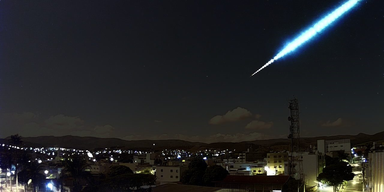 Huge Meteor Illuminates the Night sky in Minas Gerais, Brazil.