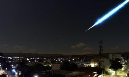 Huge Meteor Illuminates the Night sky in Minas Gerais, Brazil.